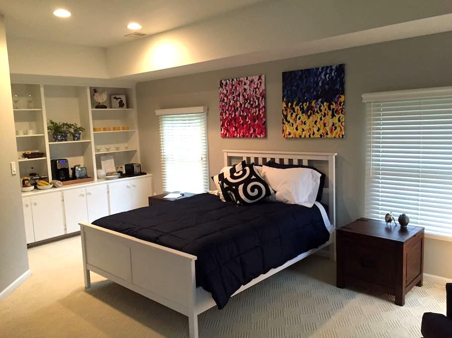 Spacious private suite. Discreet entry. - Ann Arbor - Guesthouse