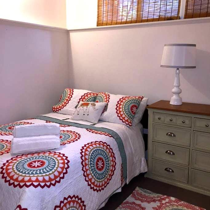 Beautiful Guest Room in Family Home - Crystal Lake - Talo