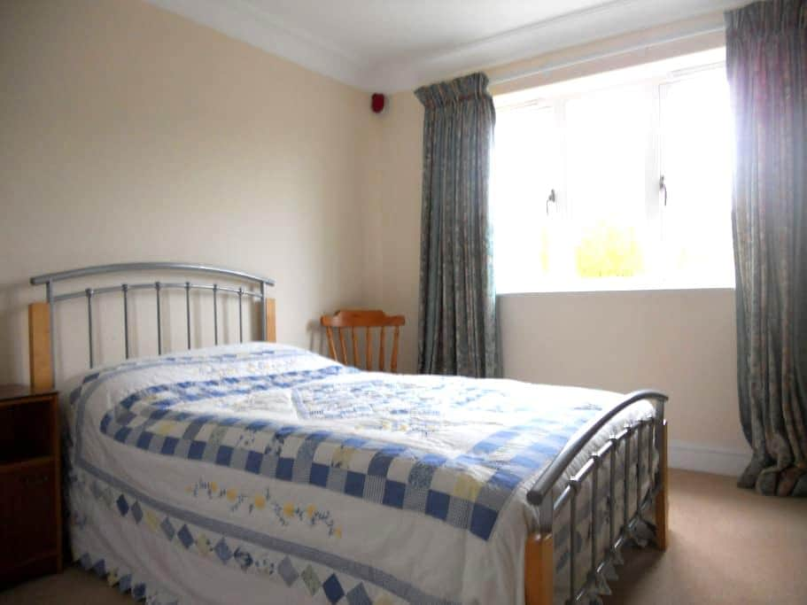 Private room with en-suite bathroom, tv & wifi - Westhumble - House