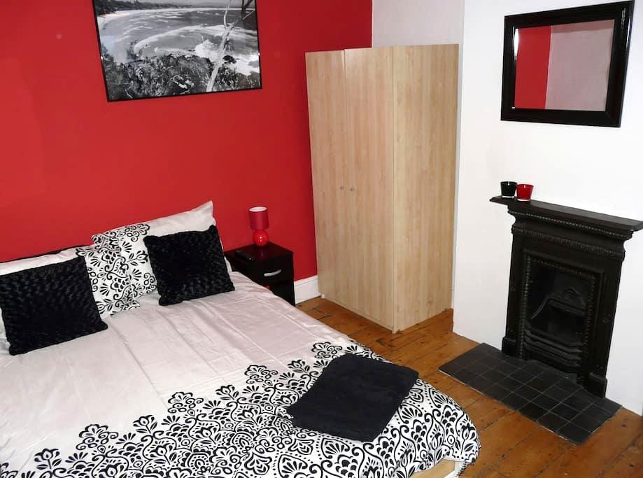 Vibrant double room; great location - Swindon - House