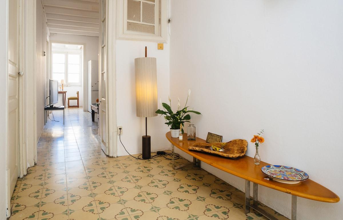 Sunny room with balcony in Gracia