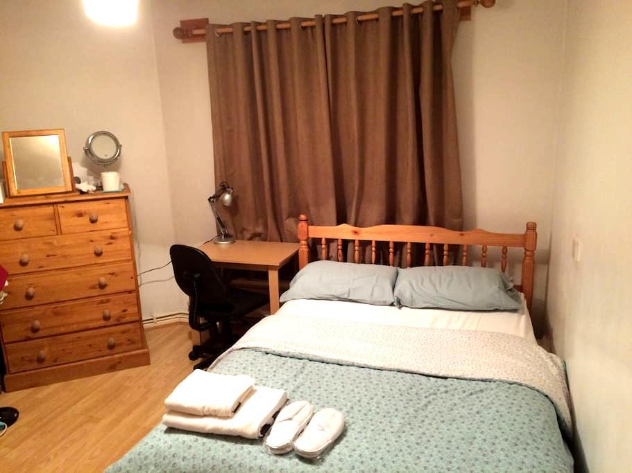Double bedroom near Clapham Common Underground - Lontoo - Talo