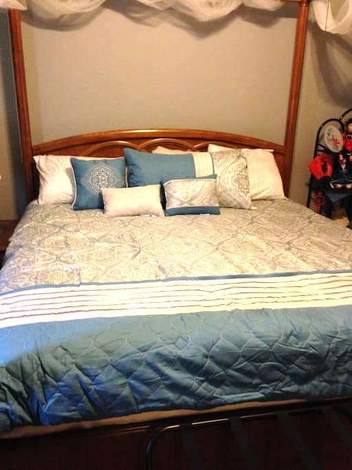 Romantic king bed with den/office, pool, and bath - Rowlett - Hus