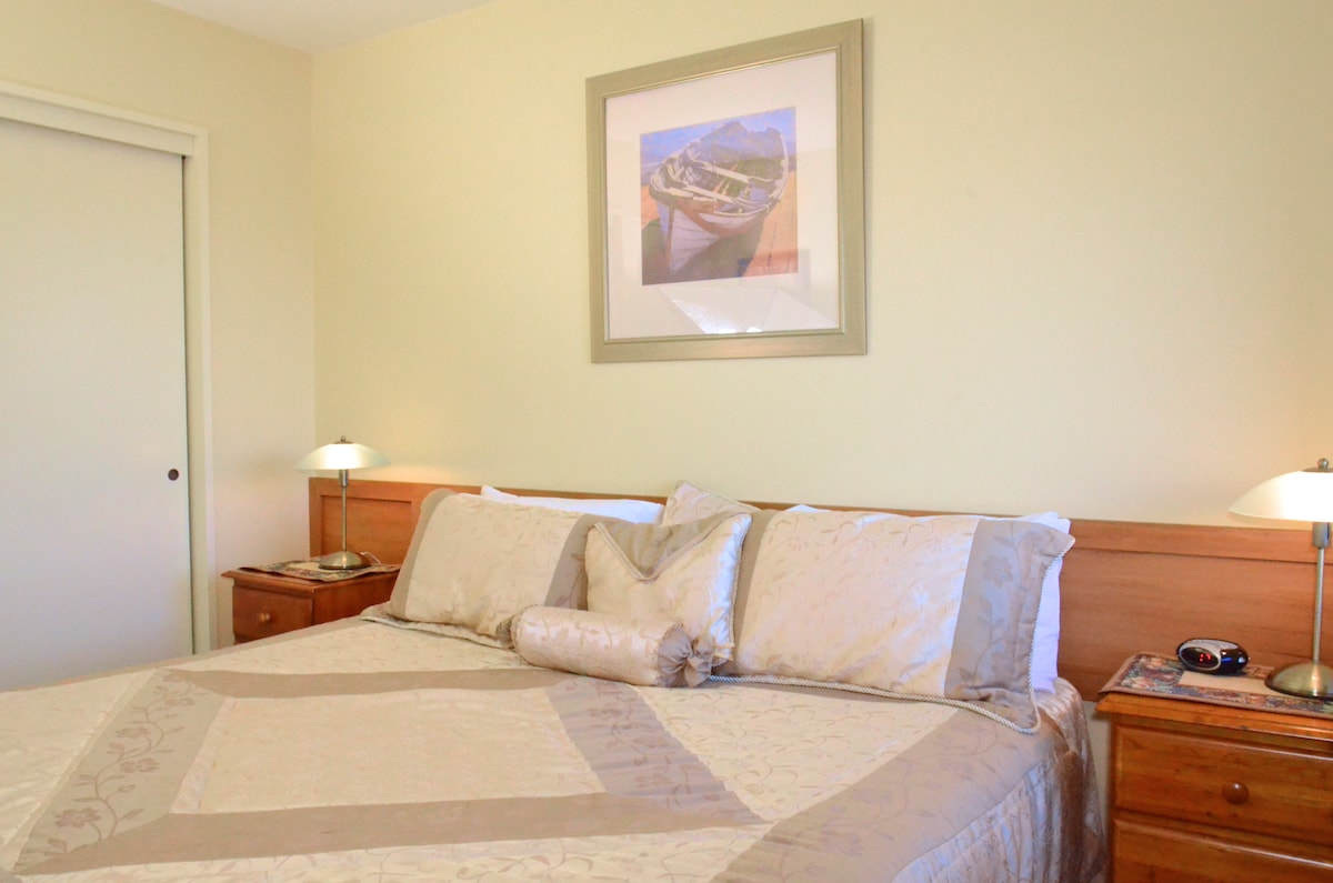 King-size bed in the Lakeview Apartment/Suite