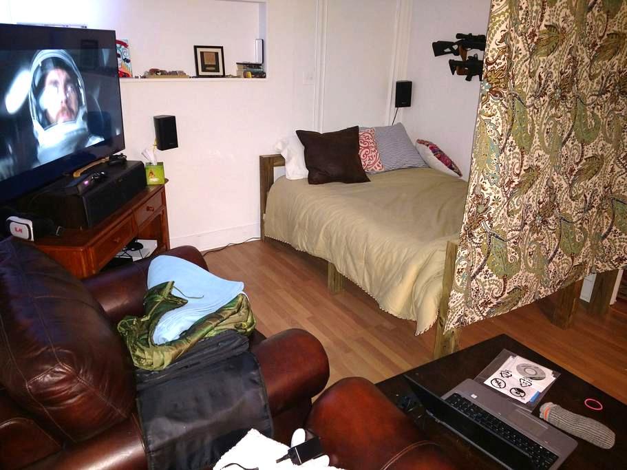 Queen size Futon sleeping space - Portland - House