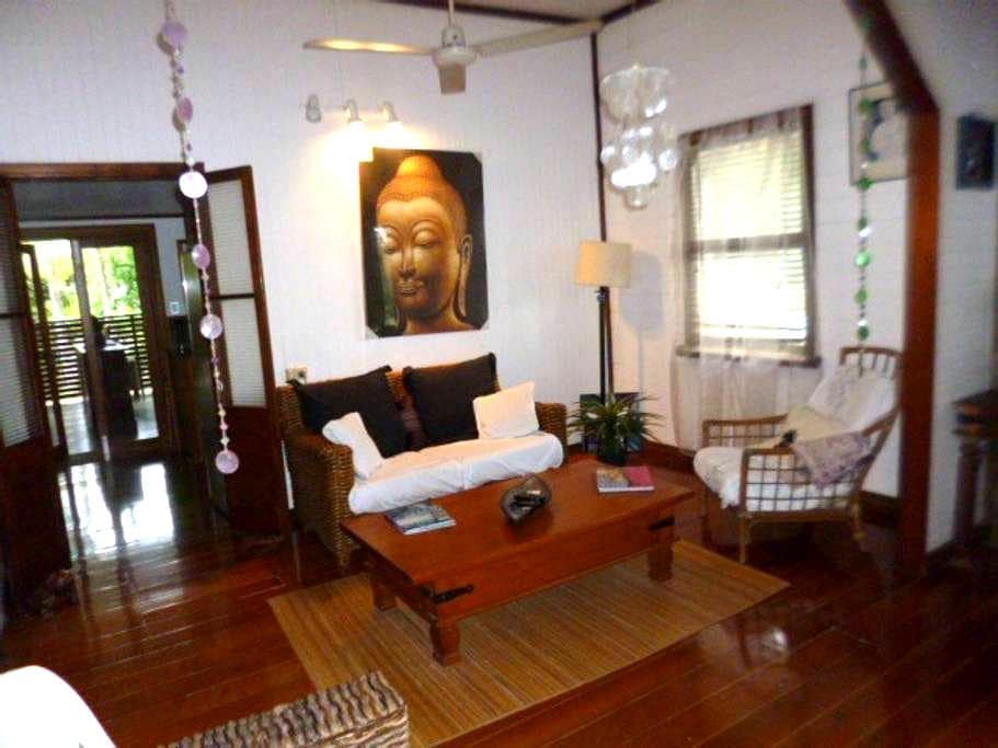 Tropical style Queenslander - Westcourt - Casa