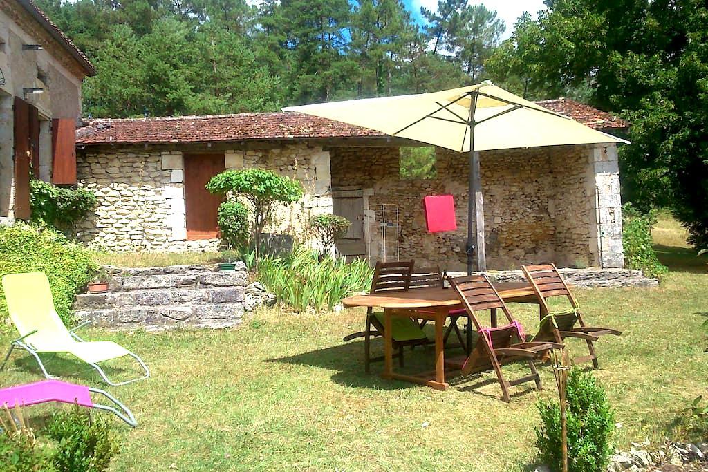 LA FONTAINE DE LAGUIZAT - Château-l'Évêque - Haus