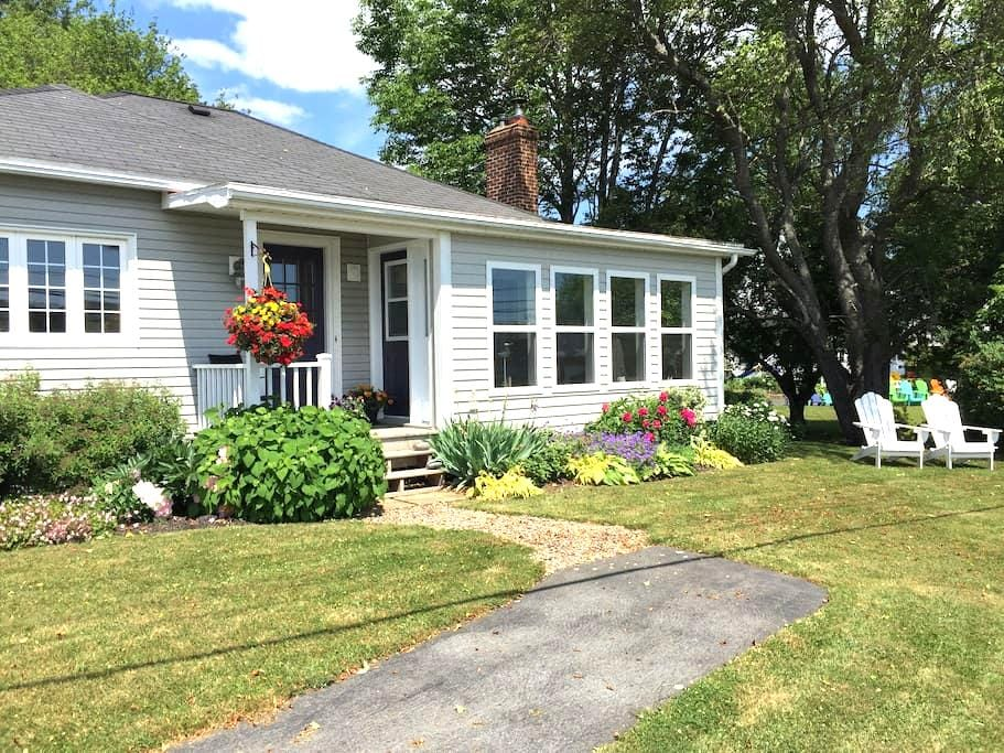 Riverfront Getaway Cottage - Lunenburg - Talo