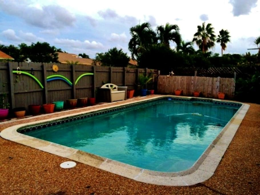 Pool/Hot Tub Home 15 minutes from Beach - Coconut Creek - House