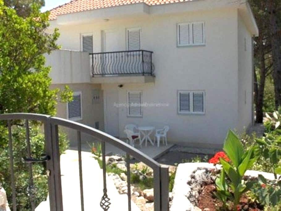 First floor of a private villa - Krimovica - Lejlighed