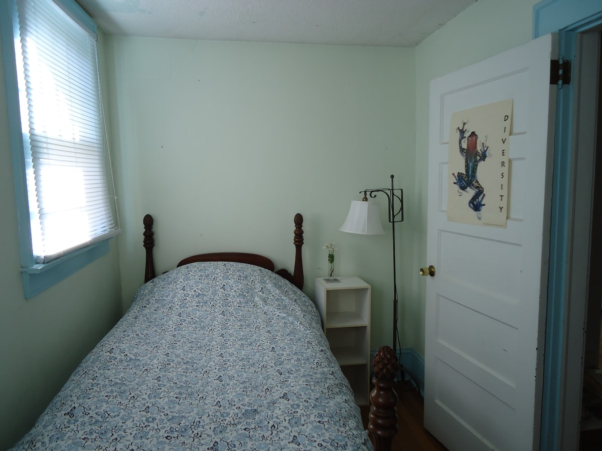 Cute room near historic Old Salem