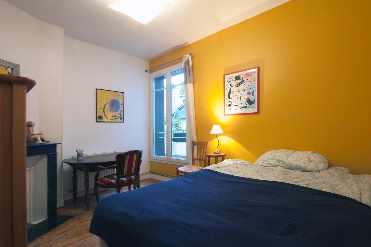 Your room - double bed, window, desk, old fireplace and wardrobe. Votre chambre avec un grand lit, bureau, cheminée et armoire