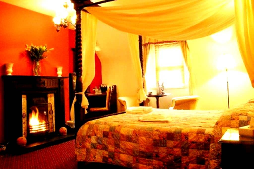 4 Poster Room Boffin Lodge Westport - Westport Quay - Bed & Breakfast