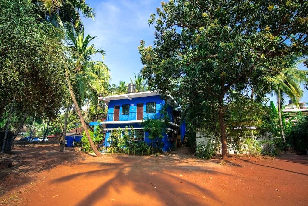 The Blue House - in Nature's Abode - Candolim - Huis
