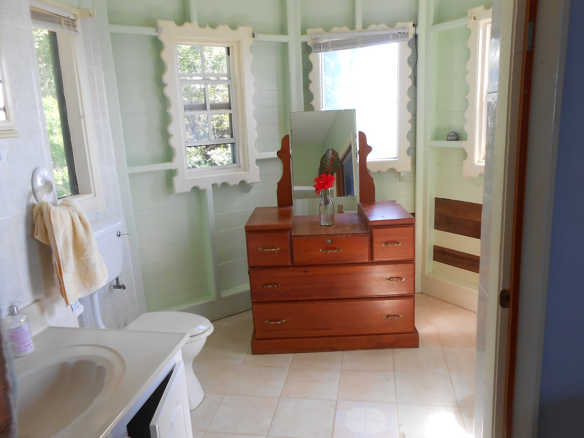 Master bedroom's en suite bathroom