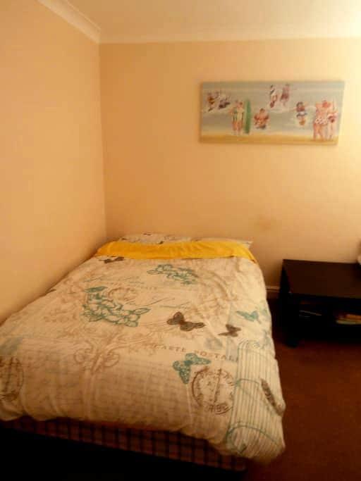 French room close to Luton centre and airport - Luton - Apartamento