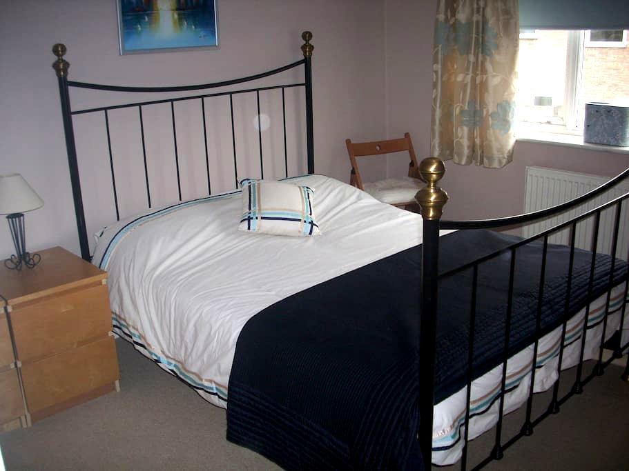 Double bedroom in nice, modern home - Milton - Huis
