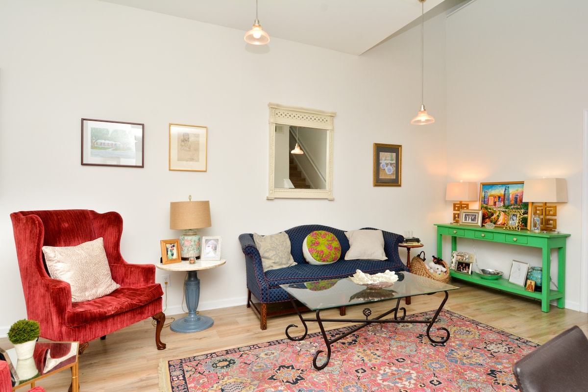 Charming loft-style condo downtown