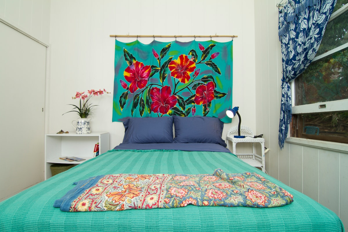 Bright, tropical and cheery room