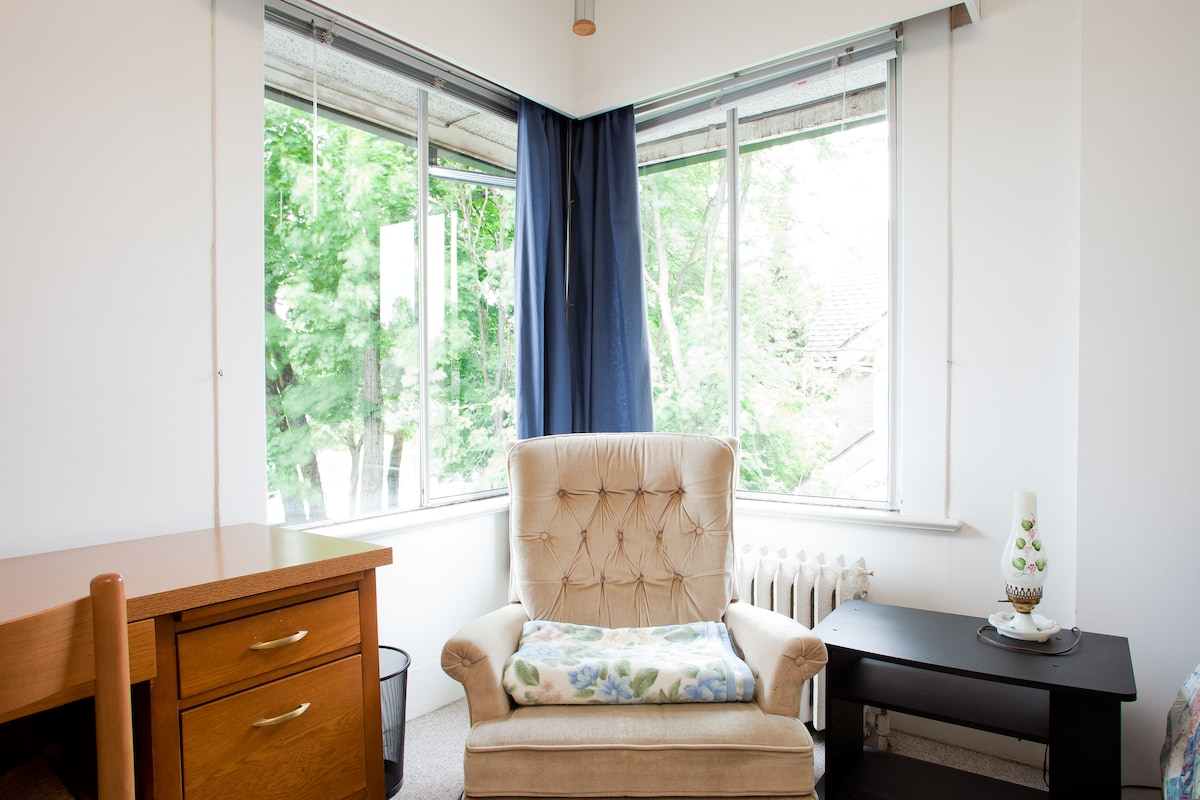 Bright & Spacious Rooms near VGH