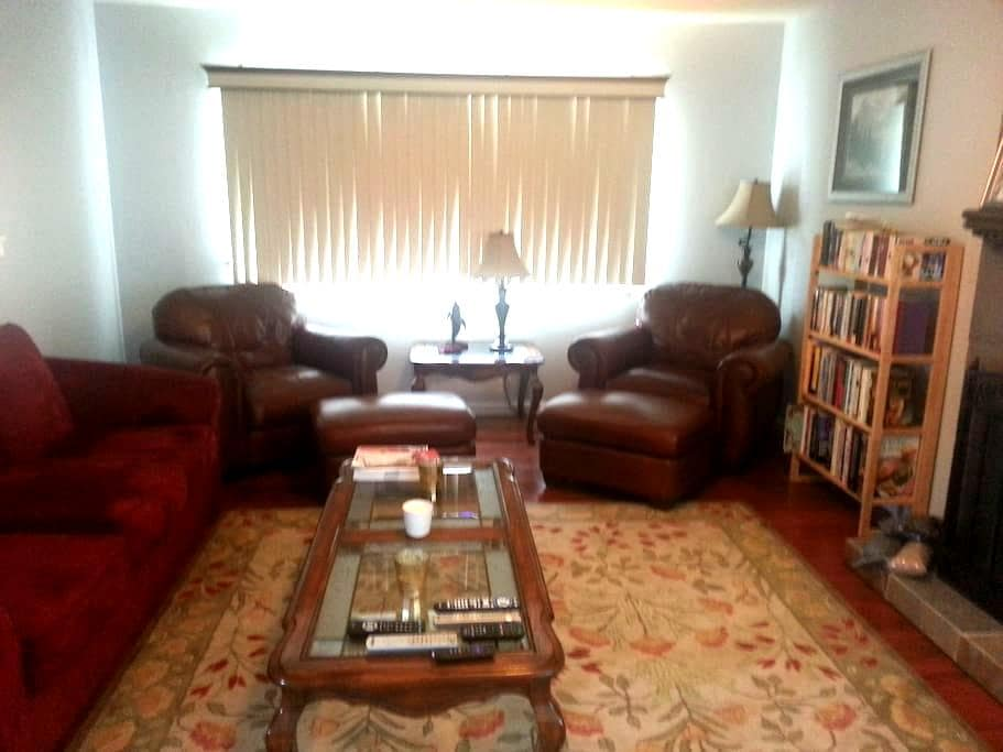 Private bedroom in 3bdrm/2bth House - Pomona - Casa
