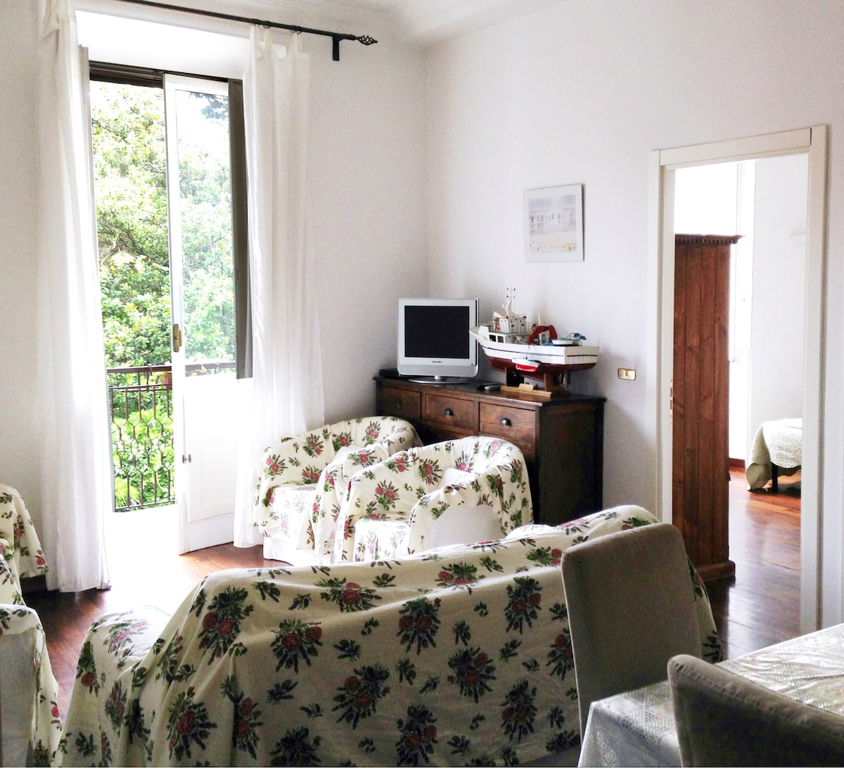 Living room with flat screen TV, free WIFI and parquet