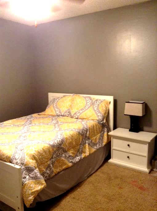 Private room near business district - Fayetteville - Wohnung
