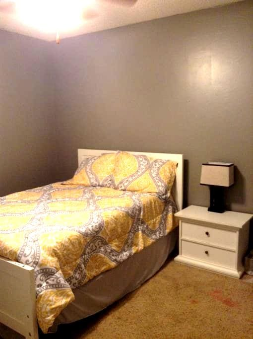 Private room near business district - Fayetteville - Apartment
