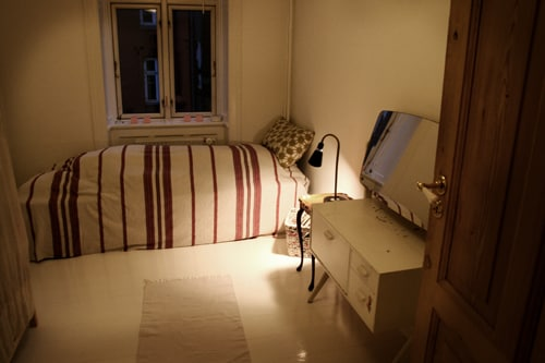 The room with a single bed.