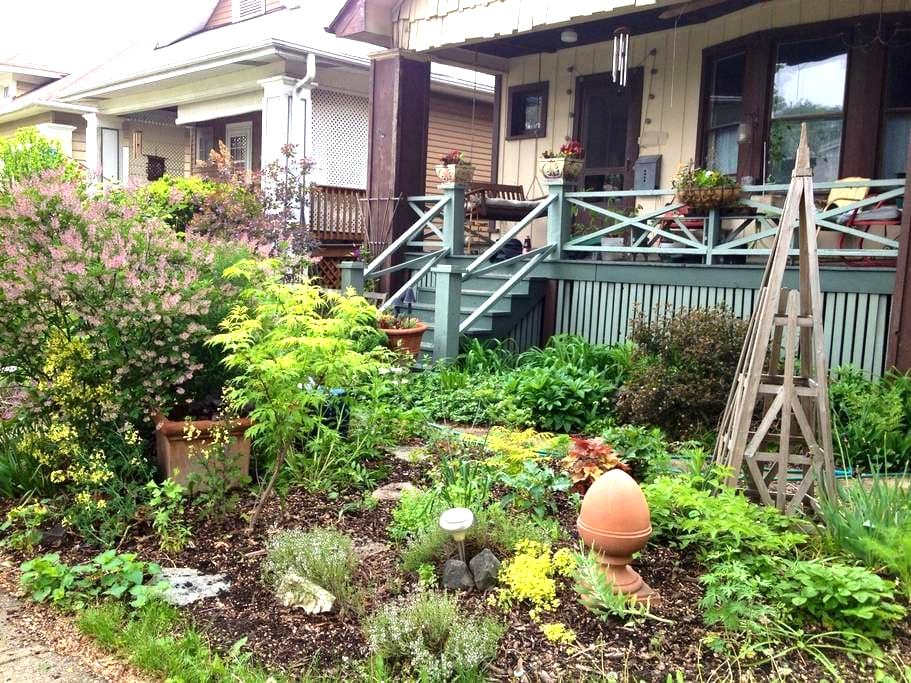 History and Art Filled Bungalow - Oak Park - Huis