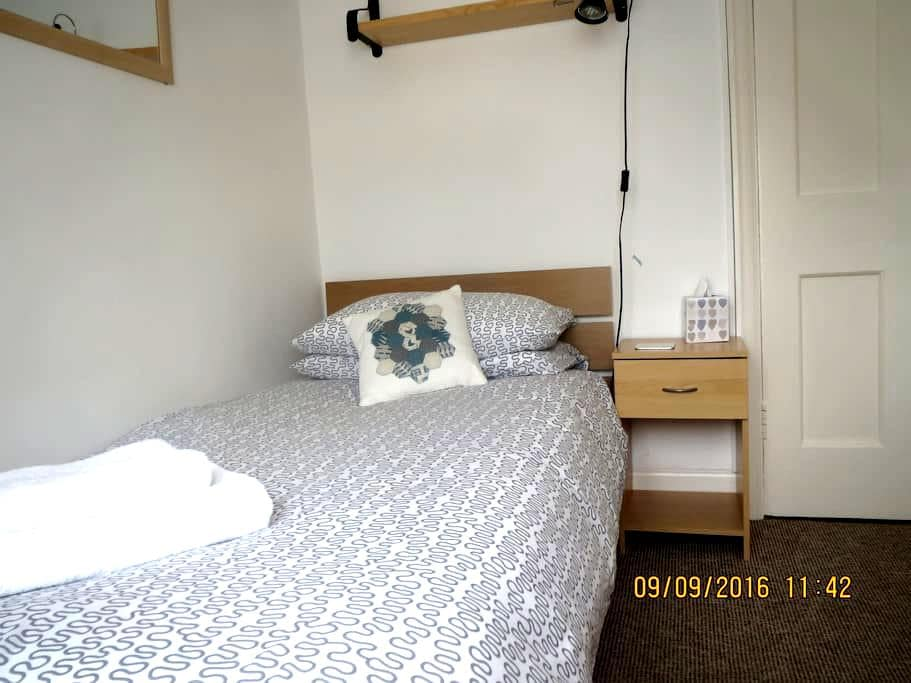 Neat single room, comfy bed and lovely breakfast - Bath - Casa