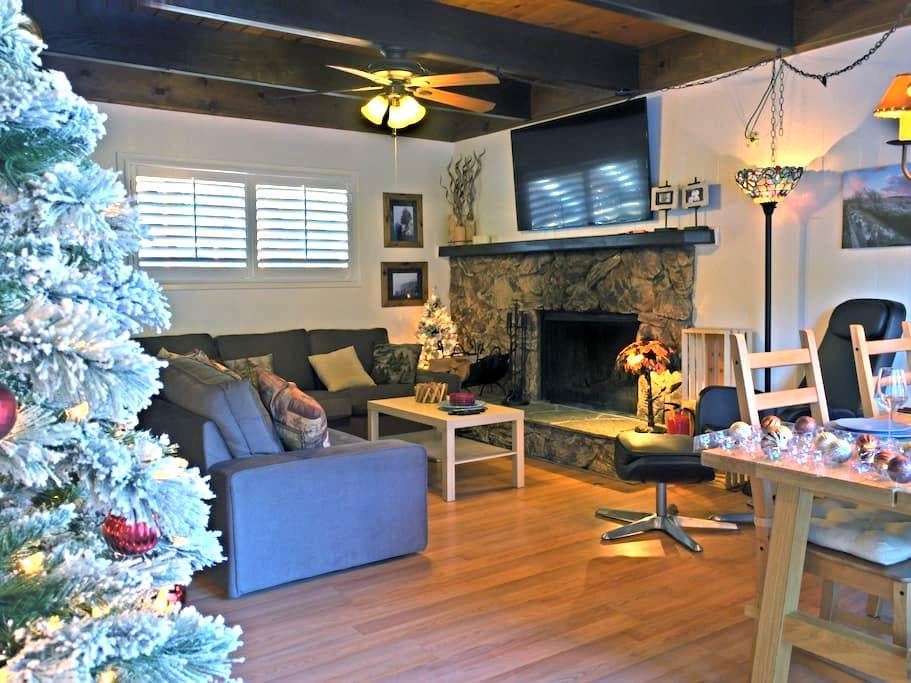 "Super Comfortable Cabin with 60""TV & HBO - Lake Arrowhead"