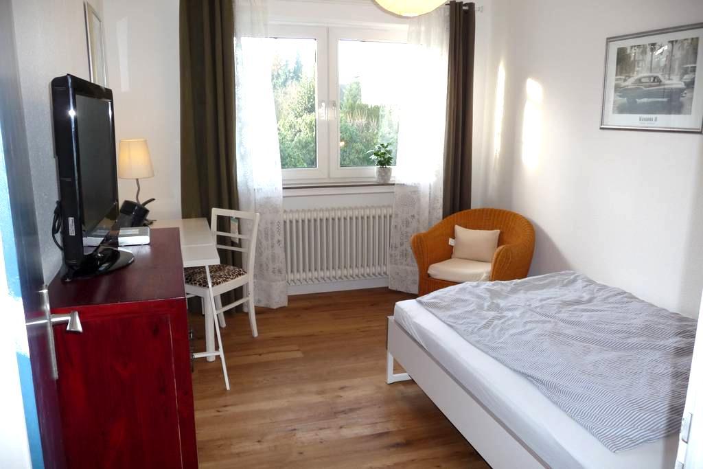 Ruhiges Zimmer mit guter Anbindung - Langenhagen - บ้าน