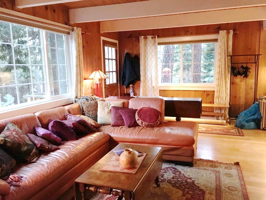 The King's Cabin | A lakeside cabin steps away - Kings Beach - Hus