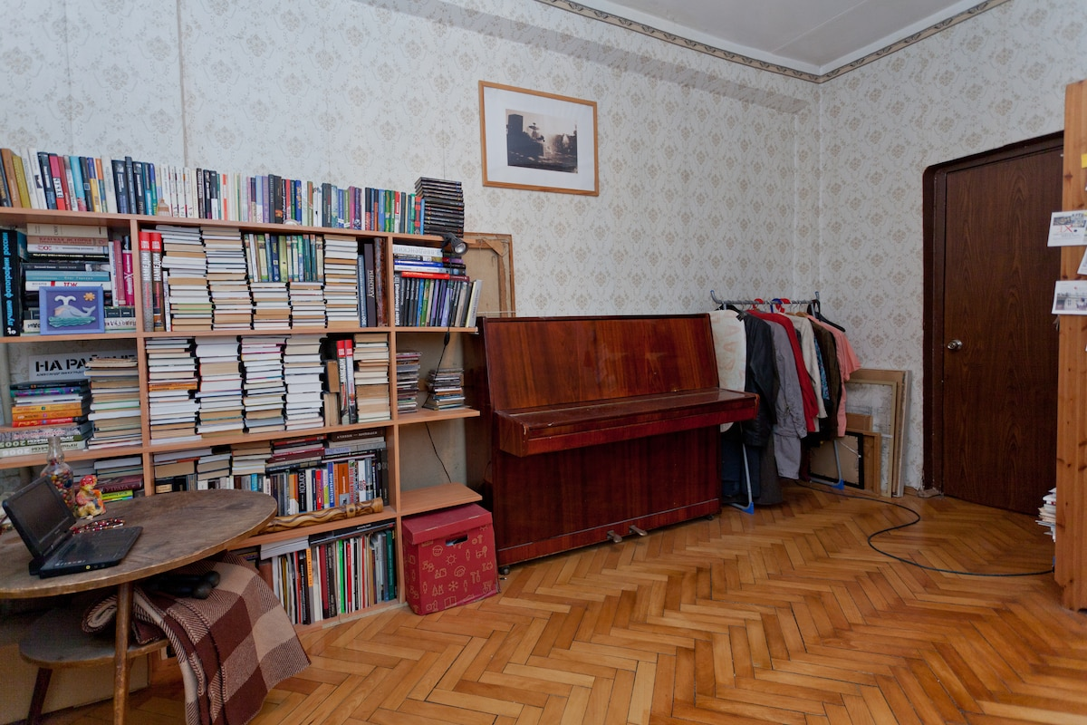 Quiet old style room in the centre