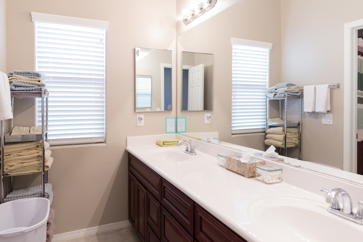 Guest bathroom (shared if other guests are booked on the 2nd floor)