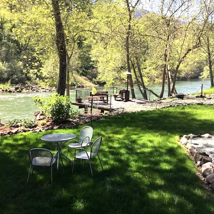 Peace on the Rogue Master Suite 1 - Grants Pass - Penzion (B&B)