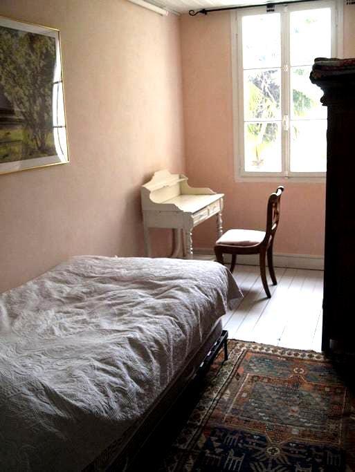 Chambre charmente avec vue jardin - เปริกุย - บ้าน