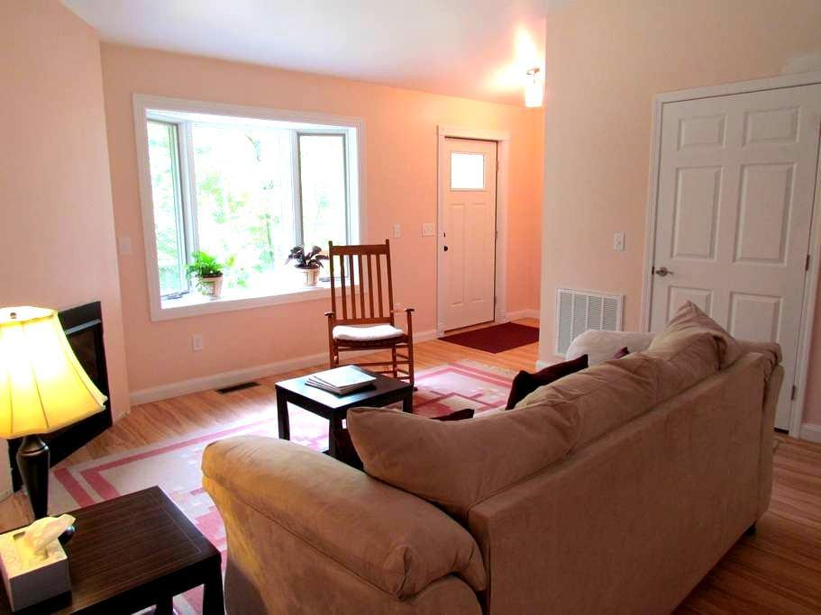 The Rosewood Cottage at Equinox Sanctuary - Saluda - Apartment