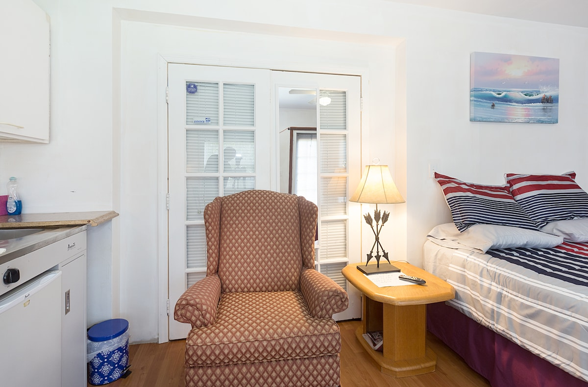 Private Charming Studio,  Parking