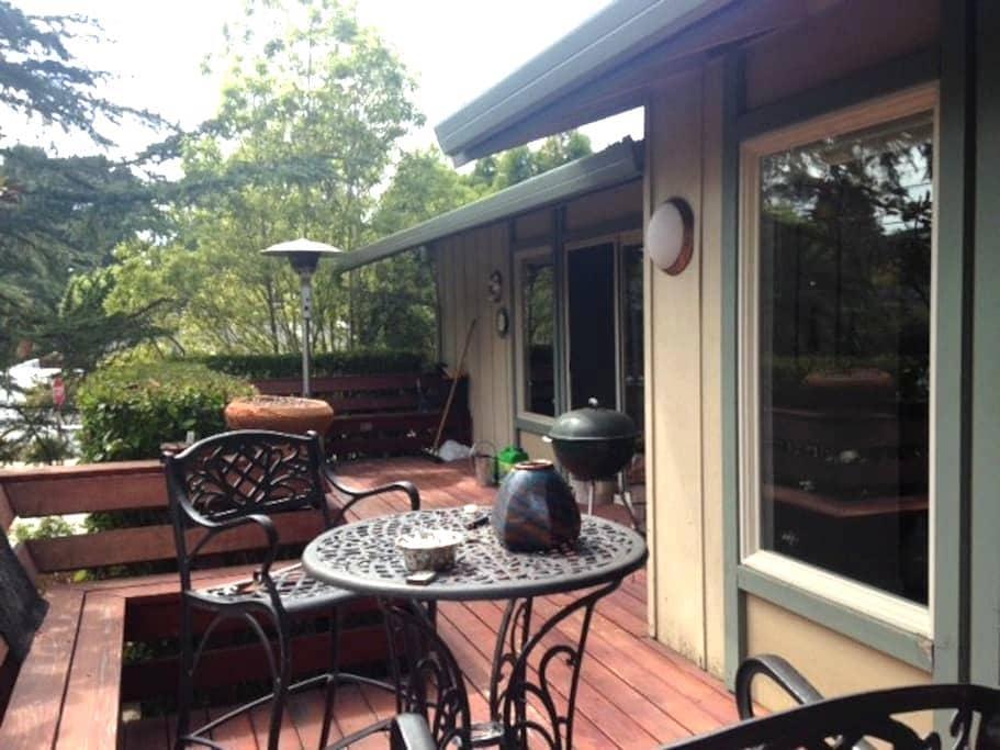 Nice cosy room overlooking garden. - แอพโตส - ที่พักพร้อมอาหารเช้า