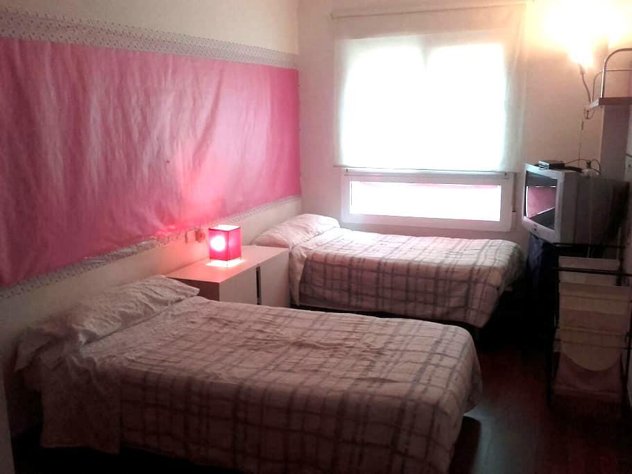 Amplio dormitorio dos camas y baño. - Murcia