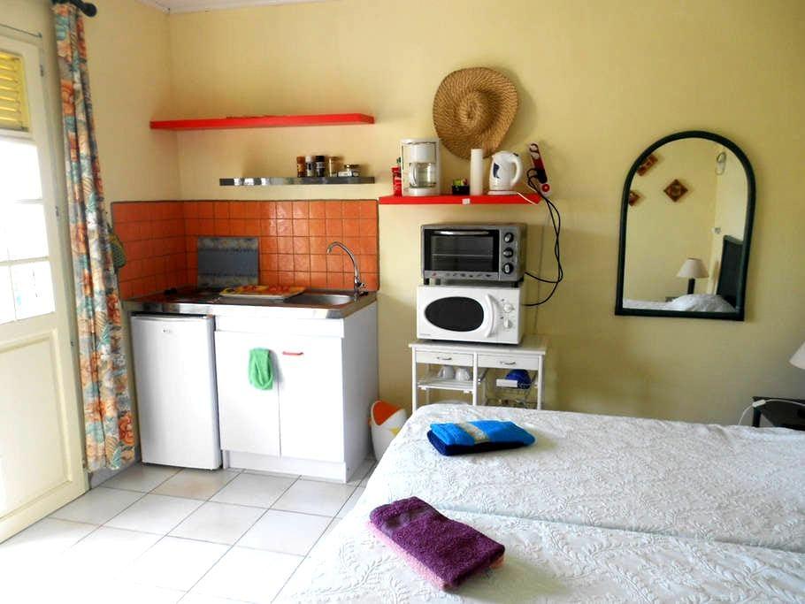 studio avec jardin à 5 mn de la mer - Le Carbet - House