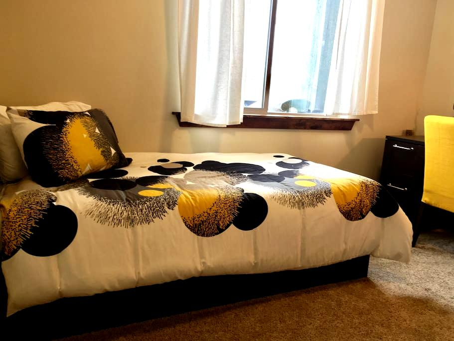 Clean comfy room, w/ private bathroom & fun hosts! - Heber City - Appartement