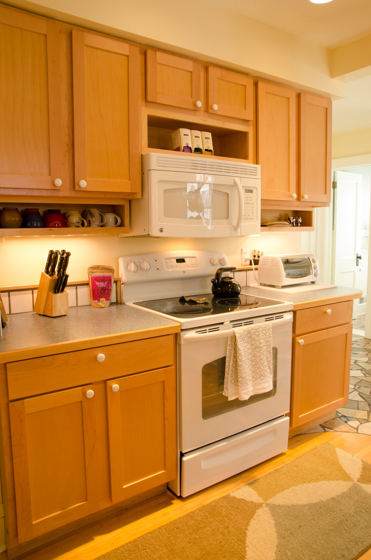 What do you need to make your own delicious meals? This kitchen has it!
