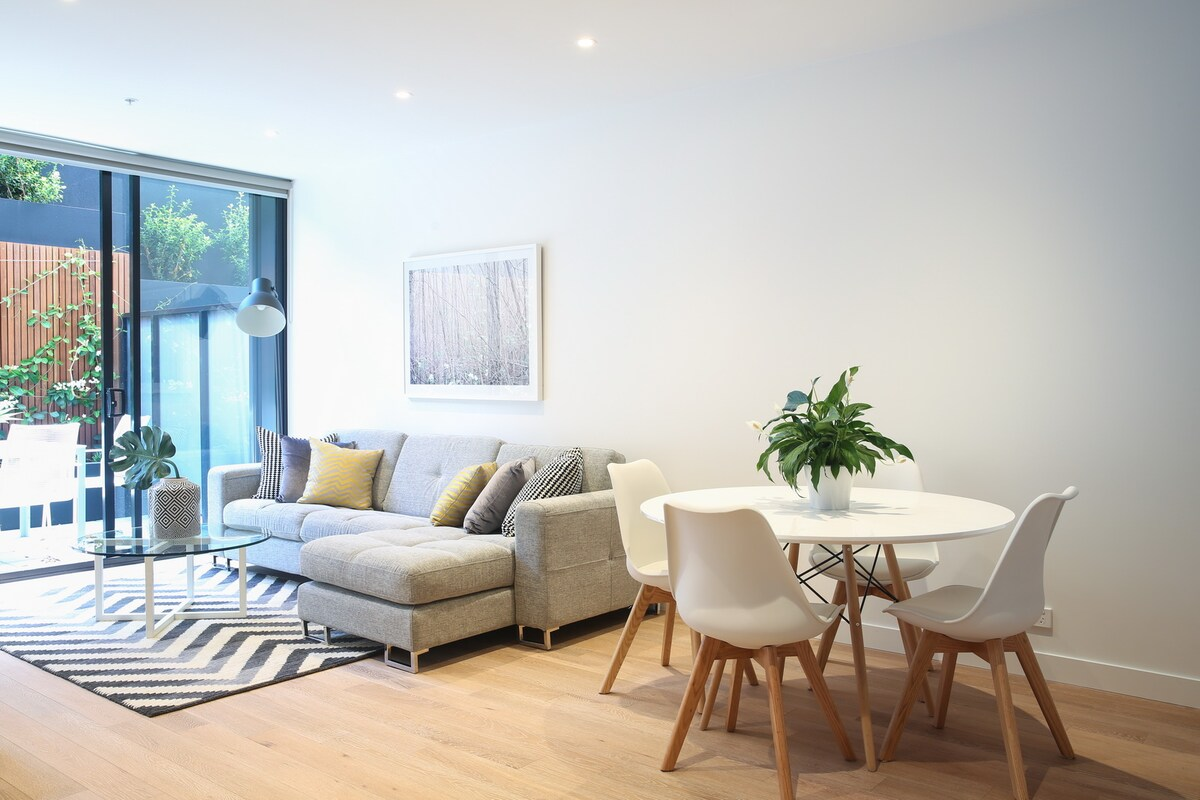 Stylish & Chic Room in South Yarra