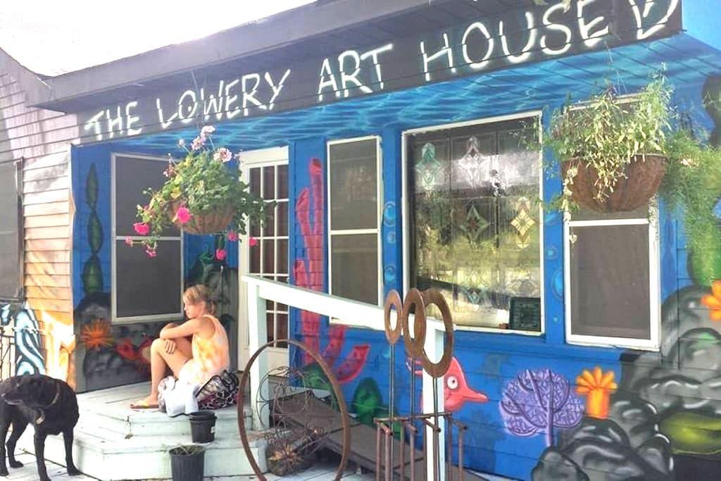 ELEGANT GRAFFITI HOUSE on acreage - (KING room) - Montgomery