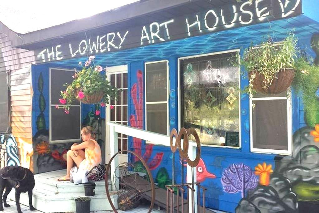 ELEGANT GRAFFITI HOUSE on acreage - (KING room) - Montgomery - Ev