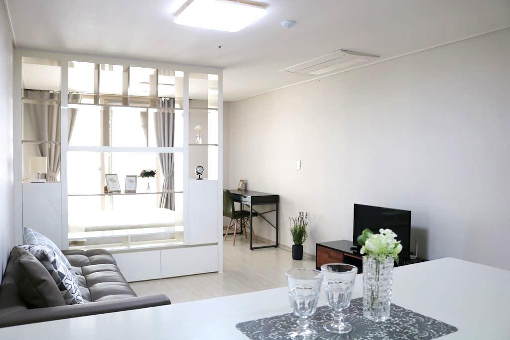 (로맨틱룸)아파트 한 채 사용, 무료주차, 교통편리, 깨끗하고 넓은 방 - Suseong-gu