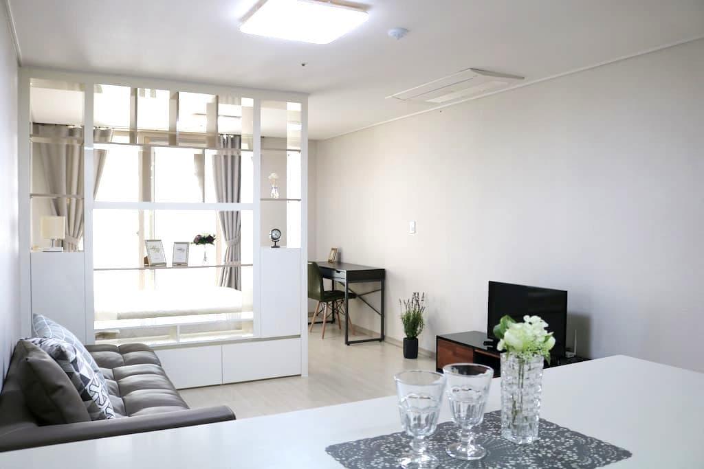(로맨틱룸)아파트 한 채 사용, 무료주차, 교통편리, 깨끗하고 넓은 방 - Suseong-gu - Huoneisto